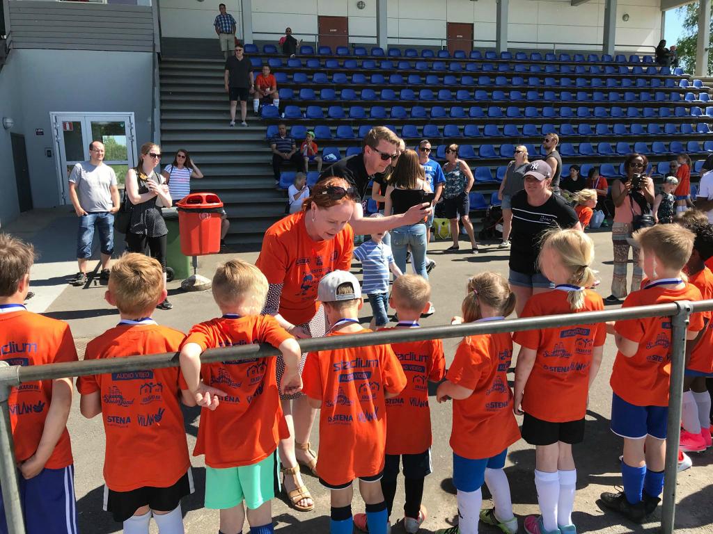 Oppositionsråd Ylva Pettersson delade ut medaljer till Klassfotbollens värdiga vinnare. Alla deltagare fick medalj!